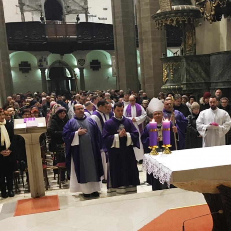 Arcibiskup Bernard Bober sa modlí za obete tragédie v Prešove