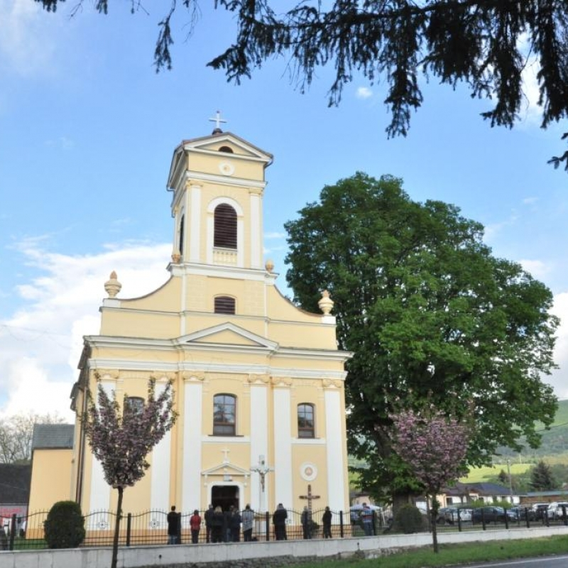 V Kamenici nad Cirochou vynovili okolie kostola