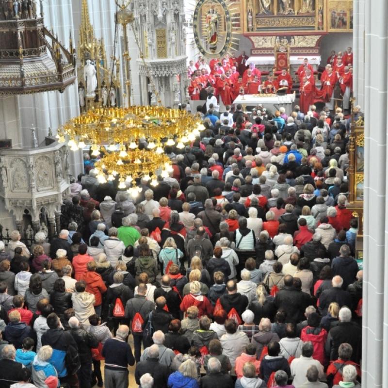 Poľskí pútnici v Dóme sv. Alžbety