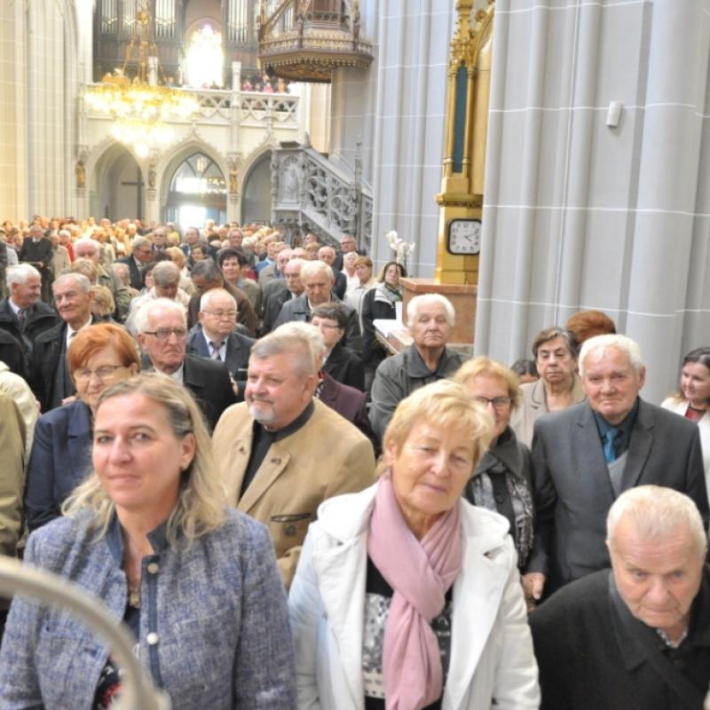 Jubilujúci manželia na slávnosti v Dóme sv. Alžbety